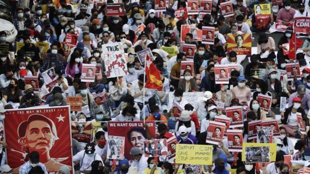 Myanmar vuelve a protestar en masa tras los nuevos cargos contra Aung San Suu Kyi