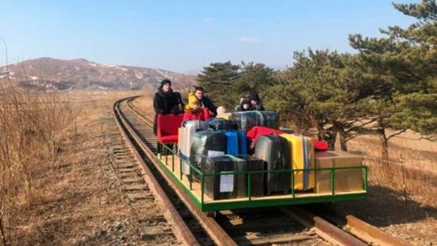Un grupo de diplomáticos rusos huye de Corea del Norte empujando un carro por las vías del tren
