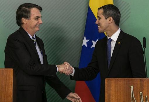 Bolsonaro saluda a Guaidó en una foto de 2019