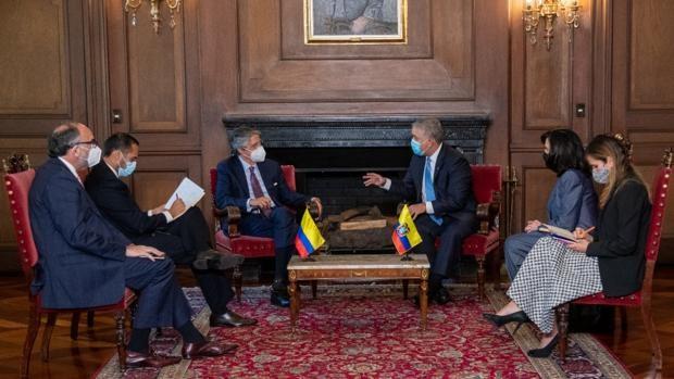 Lasso estrecha lazos con Duque en su primer viaje como presidente electo