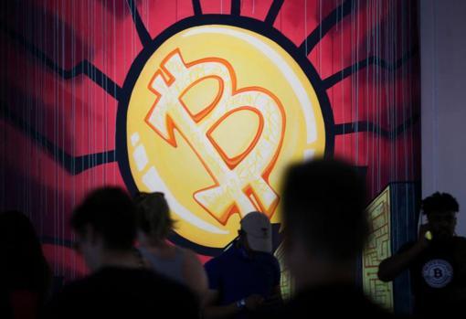 Logotipo de bitcoin en la convención de Miami donde Bukele anunció su iniciativa