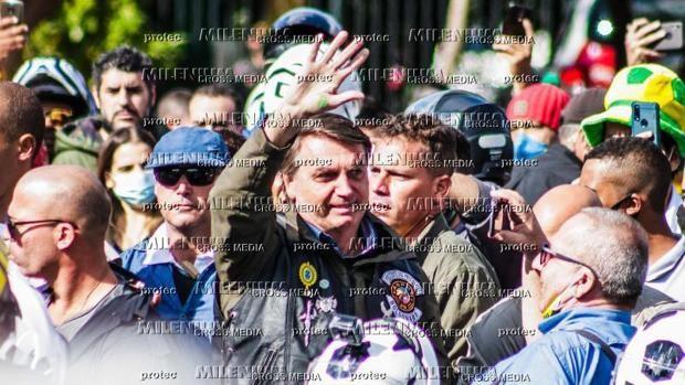 Multan a Bolsonaro por no llevar mascarilla en una concentración de motoristas