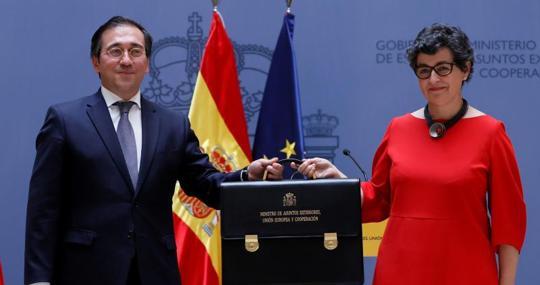 José Manuel Albares recibe la cartera de ministro de Asuntos Exteriores de su predecesora, Arancha González Laya, el pasado 12 de julio
