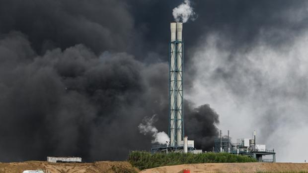 Una nube de humo saliendo de la zona de la industria química de 'Chempark' en Leverkusen