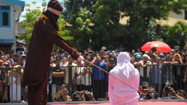 Una mujer es castigada en Indonesia por incumplir la Sharía