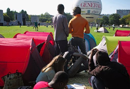 Un grupo de refugiados en el campamento montado de urgencia