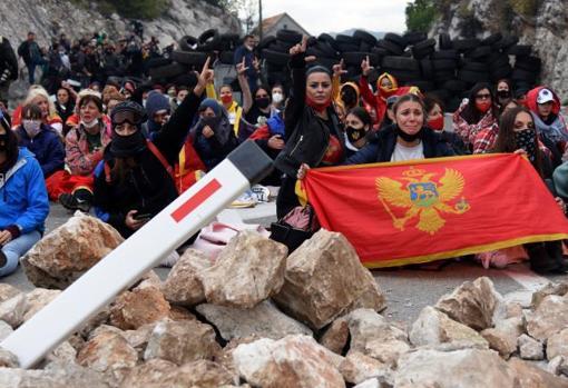 Manifestantes sentados en una barricada durante la protesta