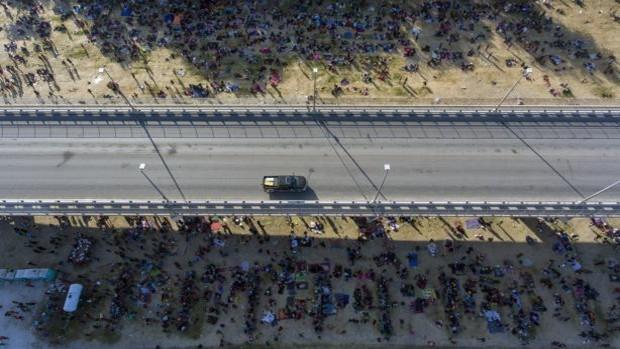 Miles de hacinados en Texas en la peor crisis migratoria de Biden