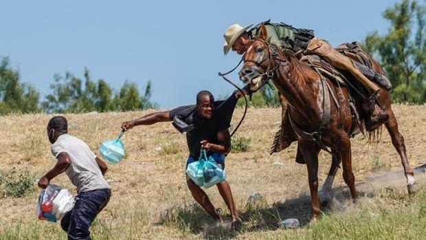 Dramáticas imágenes de haitianos capturados por la policía fronteriza a caballo de EE.UU.