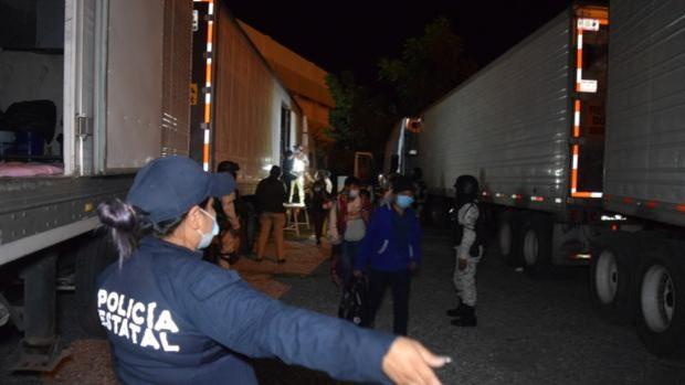 Rescatan a 652 inmigrantes hacinados en camiones y sin ventilación en Tamaulipas