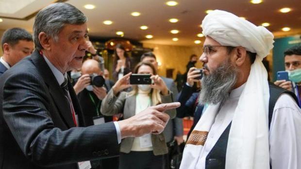 Rusia recibe en Moscú a los talibanes en un encuentro devaluado por la ausencia de EE.UU.