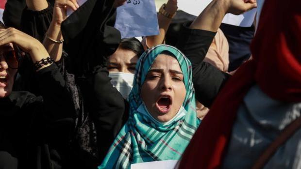 Los talibanes golpean a activistas y periodistas durante una manifestación de mujeres en Kabul