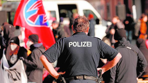 Detenida en Alemania una patrulla de 'ultras' con bates para impedir la entrada de inmigrantes ilegales