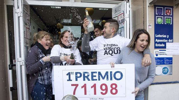 La administración de lotería «La Biznaga», de Málaga, celebra el Gordo de la lotería de Navidad de 2017