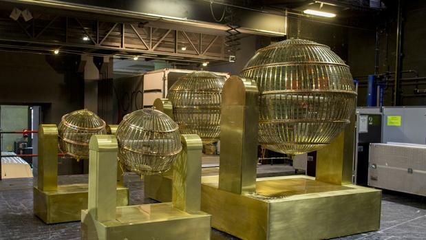 Los bombos del Sorteo Extraordinario de la Lotería de Navidad llegan al Teatro Real de Madrid