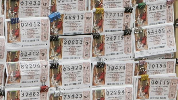 Varios décimos de la Lotería de Navidad expuestos en la Puerta del Sol