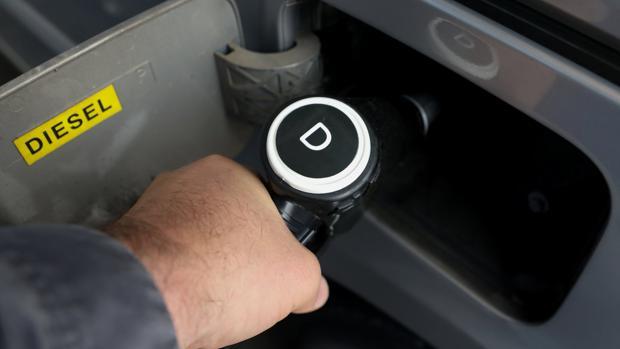 Un h ombre reposta su coche diesel