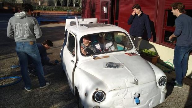 Los alumnos durante la tranformación del 600 en un coche eléctrico