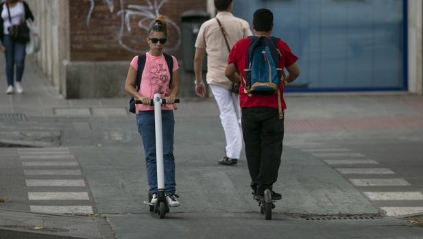 Usuarios de patinete eléctrico en Sevilla