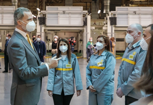 King Felipe VI talks with the operators during the visit to the Renault factory in Palencia