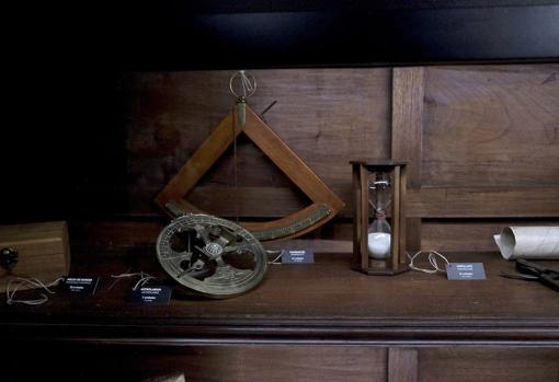 Los instrumentos de navegación: con estos modestos aparatos se pudo dar la vuelta al mundo conociendo en todo momento la posición de la nao y la situación del mar