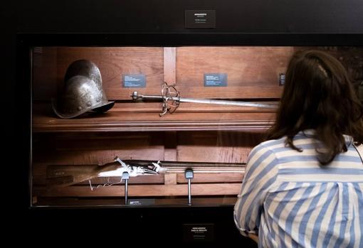 La exposición reúne también las armas que llevaban a bordo