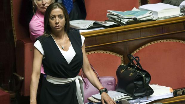 La asistenta de Berlusconi lo traiciona en el Senado votando a Conte