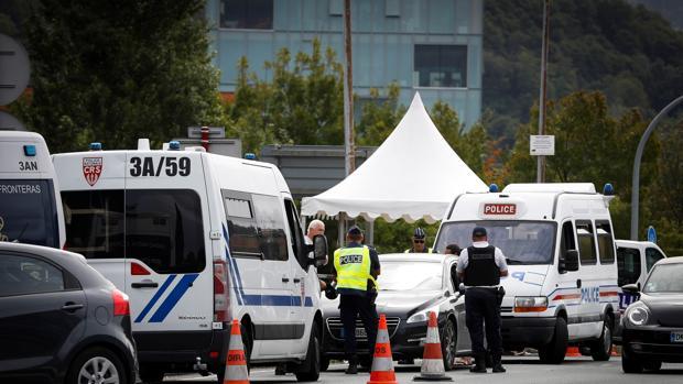 Agentes de Policía francesa y española realizan controles de seguridad este lunes en el paso fronterizo de Santiago entre ambos países