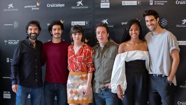 El director de cine, Mateo Gil y los actores, Chino Darín, Vicky Luengo, Vito Sanz, Berta Vázquez y Juan Betancourt, en el Festival de Málaga