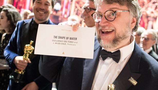 Guilermo del Toro celebra su triunfo en la última edición de los Oscar con la chapa de #Time'Up en la solapa