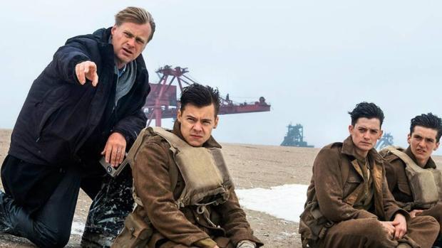 Christopher Nolan da instrucciones a los actores en el rodaje de «Dunkerque»