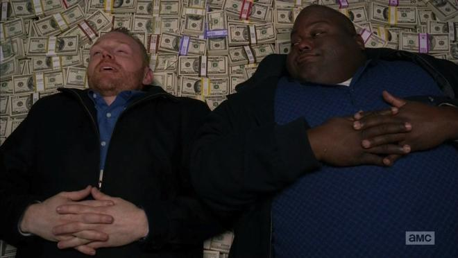 Kuby (Bill Burr) y Huell (Lavell Crawford), sobre su cama de billetes en «Breaking Bad»