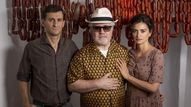 Raúl Arévalo, Pedro Almodóvar y Penélope Cruz, en el rodaje de «Dolor y gloria»
