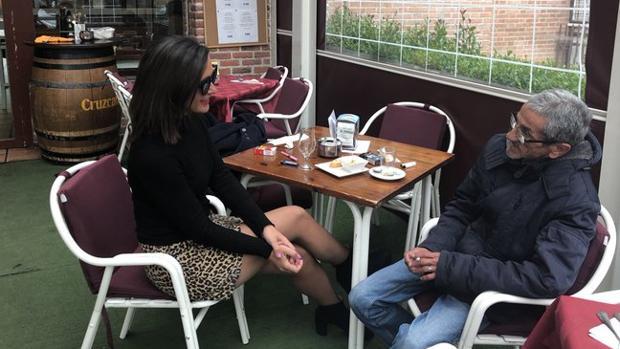 Ramón «el vanidoso» tomando un café con la reportera Alejandra Andrade
