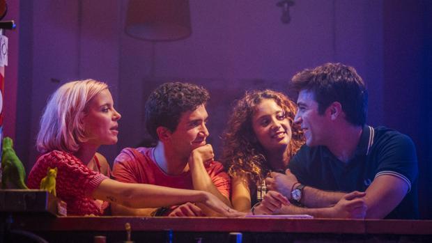 Durante el rodaje, con Jaime Lorente (izquierda), Andrea Ros, María Pedraza y Pol Monen