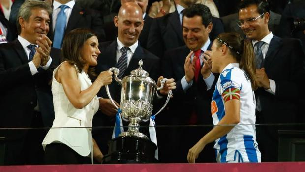 La reina Letizia entrega el trofeo a Sandra Ramajo, capitana de la Real Sociedad