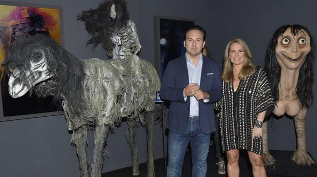 Iker Jiménez y Carmen Porter, junto a dos esculturas de «Cuarto Milenio: una historia de miedo»