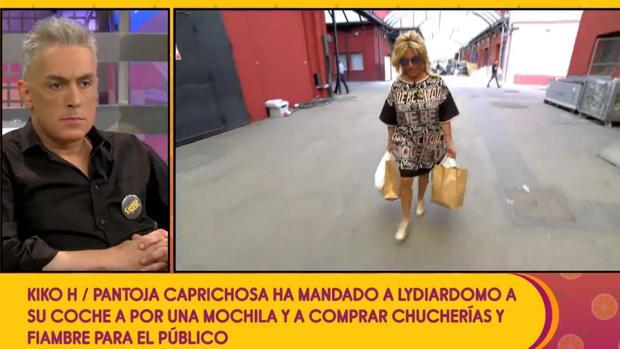 Kiko Hernández observando como Lydia Lozano regresa del supermercado con el embutido