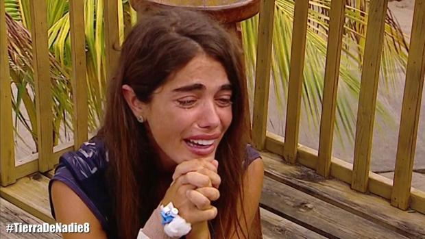 Violeta, totalmente desolada, tras saber que debe de abandonar «Supervivientes»