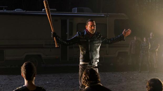 Negan, con su bate Lucille en una de las secuencias más impactantes de «The Walking Dead»
