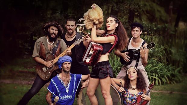 Grupo de folk -rock argentino «La Fanfarria del Capitán», la otra banda de «La casa de papel»