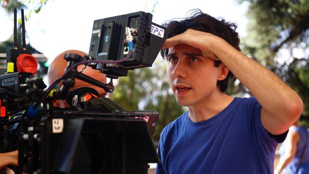 Jonás Trueba, en el rodaje de «La virgen de agosto» en Madrid