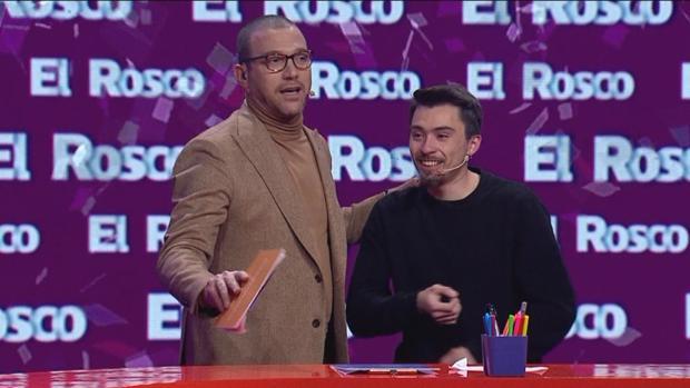 Julián Elfenbein, presentador de «Pasapalabra» en Chile, junto a Nicolás Gavilán, el ganador del premio