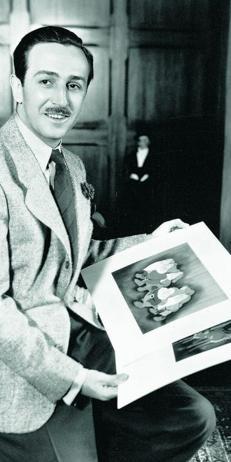 Walt Disney junto a dibujos originales de «Blancanieves y los siete enanitos»