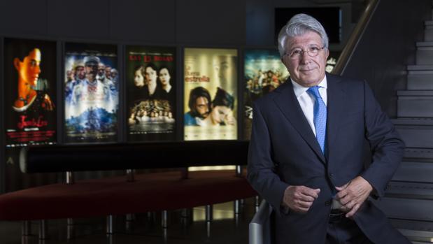Enrique Cerezo, en las oficinas de su productora, posa antes algunos de los carteles de sus películas más exitosas, como «Juana la loca», «Las 13 rosas», «La buena estrella» o «Los últimos de Filipinas»