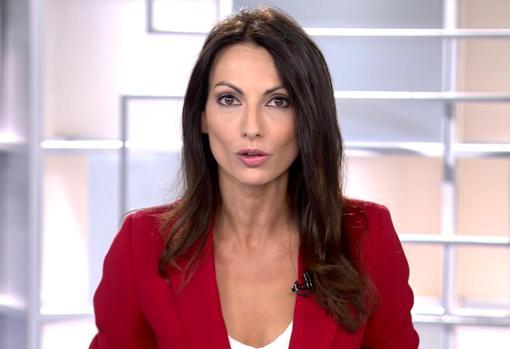 Laila Jiménez, durante su primer día como presentadora de la edición matinal de «Informativos Telecinco» este verano