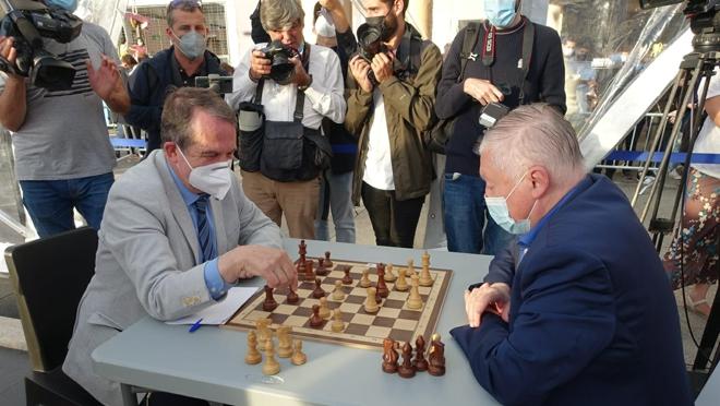 Abel Caballero, against Anatoly Karpov, during the celebration of Travesía Vigo Master Chess 2021