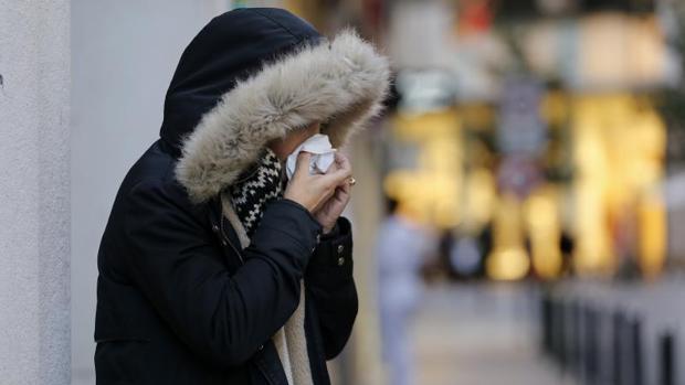 Para toser o estornudar, lo mejor es taparse con un pañuelo de papel desechable