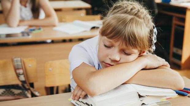 Reducir la exposición a la luz de las pantallas por la noche mejora la calidad del sueño, según un estudio