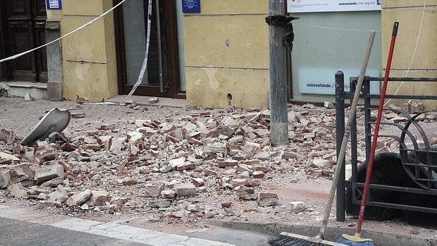 Cascotes caídos en un edificio de Melilla
